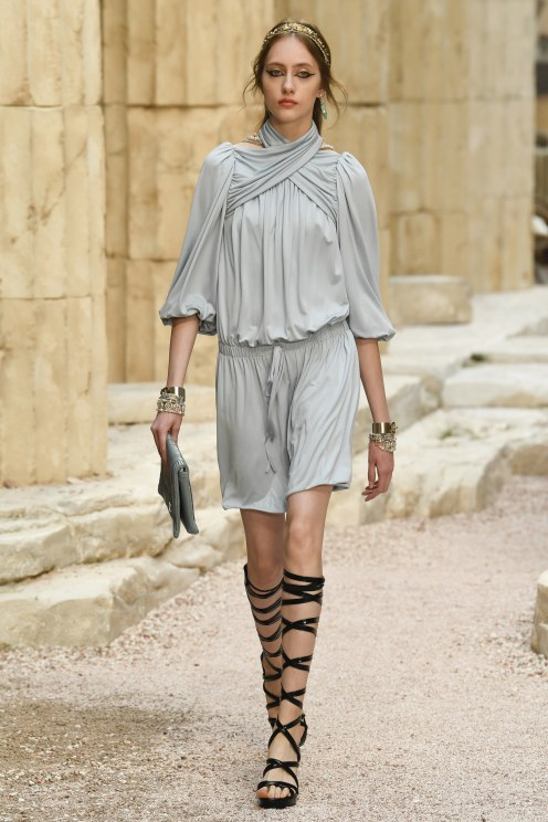 Chanel Resort 2018 - photo: Yannis Vlamos / Indigital.tv/ vogue runway.com